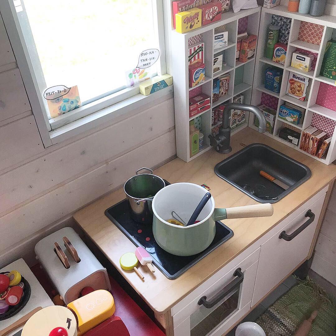 Leikkimökin keittiössä valmistuu herkut kädenkäänteessä